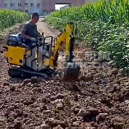 小型挖掘机操作简单,小巧灵活