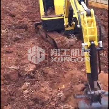 15型小型挖掘机在大棚施工也能伸展自如